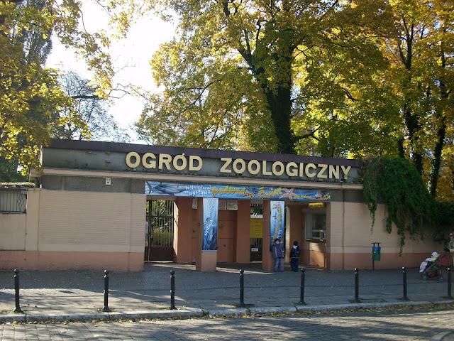 Brama wejściowa do Starego Zoo i fragment muru okalającego całe zoo
