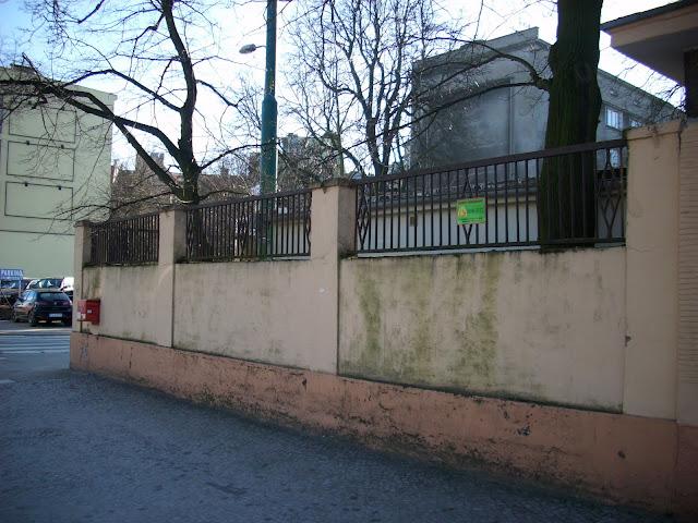 Fragment muru otaczającego Stare Zoo - róg Zwierzynieckiej i Gajowej, widok obecny