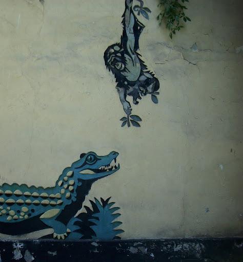 Szympans i krokodyl na ścianie starej małpiarni