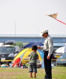 おじいちゃんと子供の凧上げ