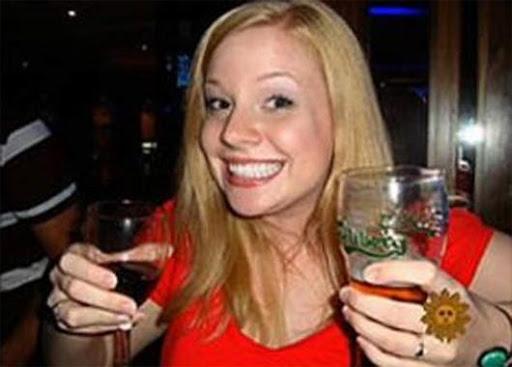 Professora é forçada a se demitir por causa de foto com vinho e cerveja