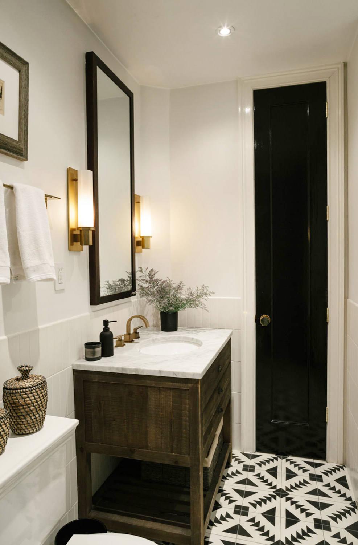 Antes y después baño con pintura en blanco y negro