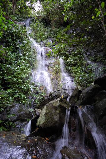 ケーブ・サーキットの小さな滝の写真