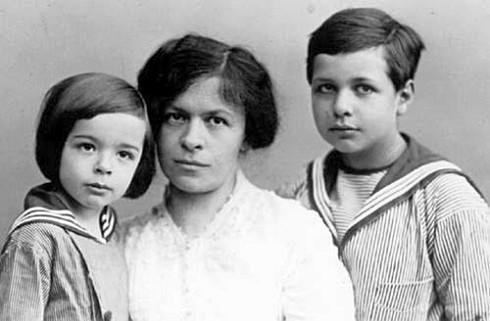 Первая жена Альберта Эйнштейна Милева Марич с сыновьями Эдуардом и Гансом Альбертом