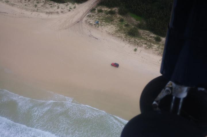 砂浜を走る4WDの写真