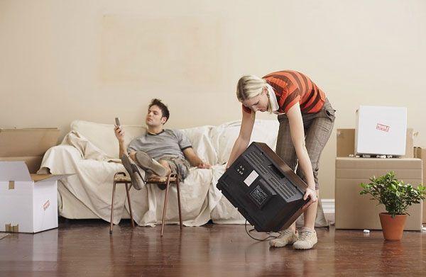 Đùn đẩy tất cả mọi việc trong nhà cho vợ làm khi chán vợ