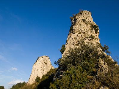 A l'esquerra el Mercadal Superior, davant un dels murs de la cresta