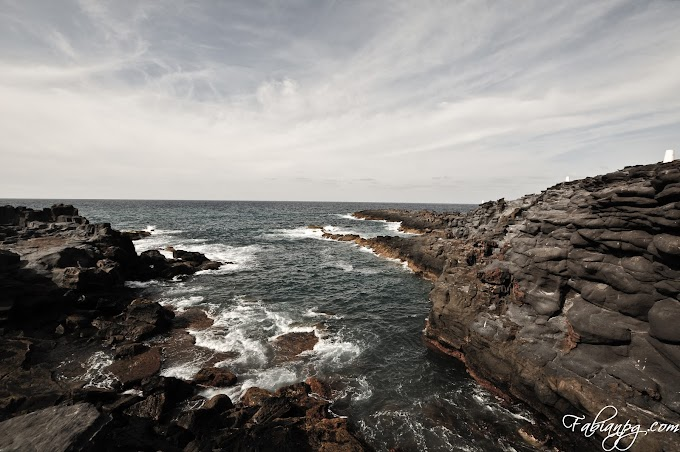 El mar muere en la roca
