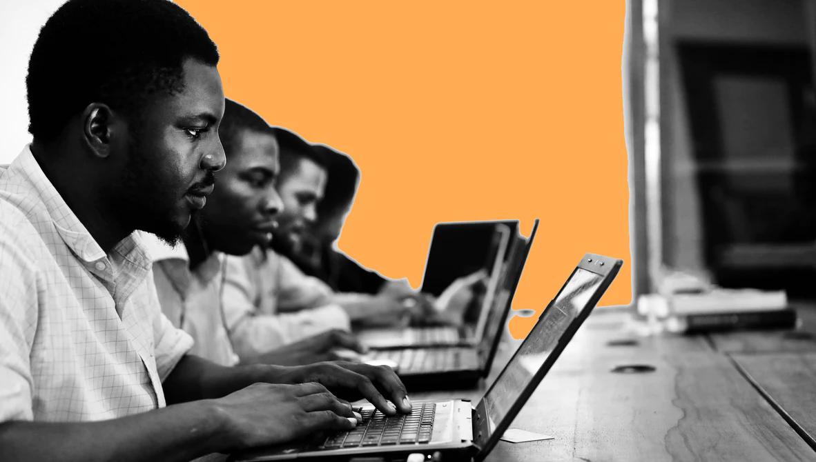 Quatro pessoas em frente a notebooks - Testes na programação
