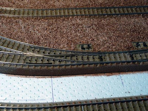 Zijkanten rails bruin geschilderd