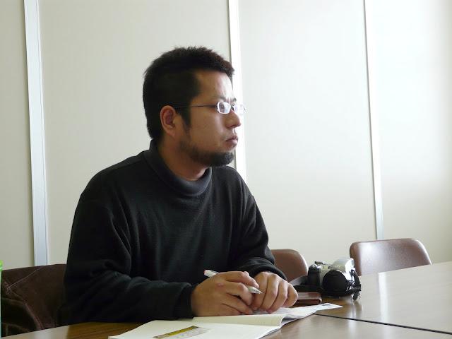 質問される嶋島記者