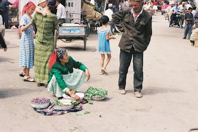 道端で野菜を売るおばちゃん