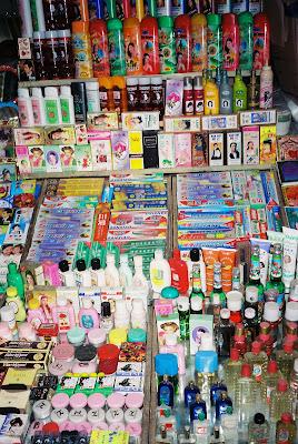 市場で化粧品を売る店