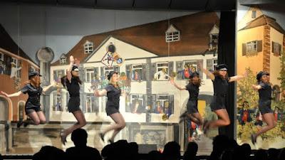 Da macht die Polizeikontrolle Spaß - Tanz mit feschen Polizistinnen