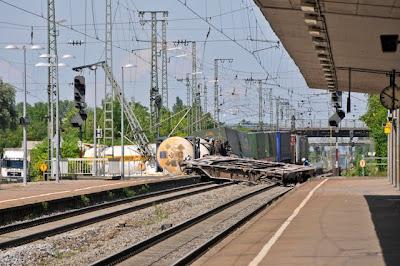 Ein Tieflader/Waggon blockiert beide Ferngleise der Rheintalbahn