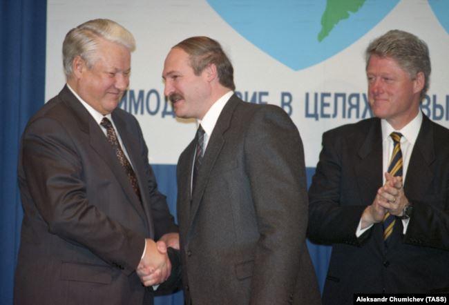 Олександр Лукашенко (с) із президентами США Біллом Клінтоном (п) і Росії Борисом Єльциним (л) невдовзі після приходу до влади в 1994 році