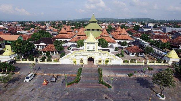 Masjid Agung Sumenep yang dulunya disebut masjid Jami, berada di tengah kota Sumenep. Madura, Jawa Timur, Sabtu (5/3).