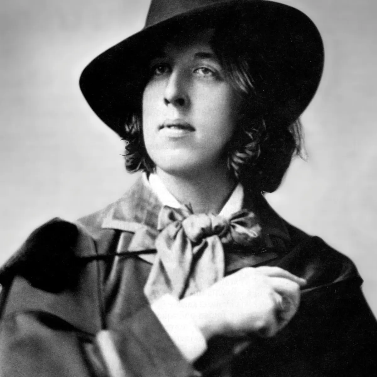 "Oscar Wilde dressed in what was considered to be ""flamboyant"" attire at the time"