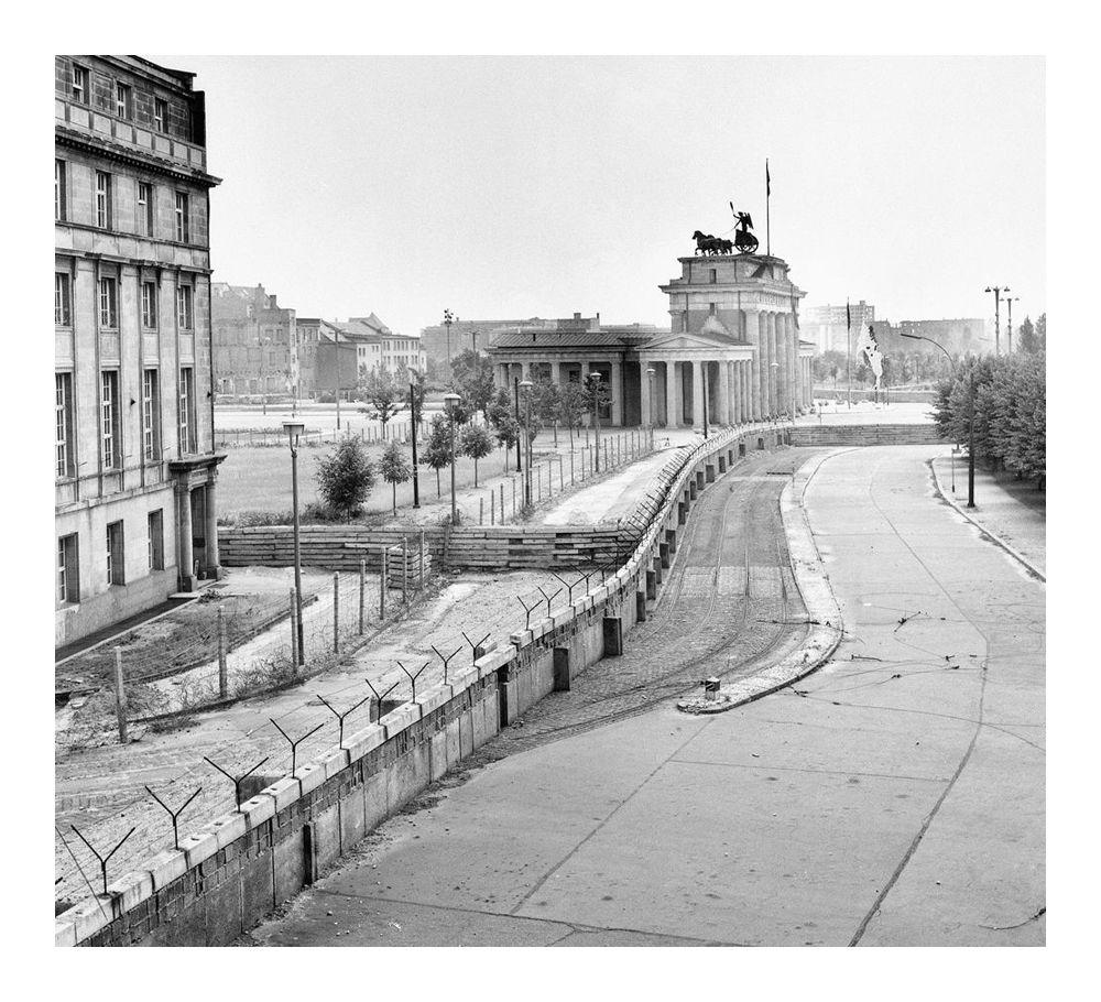 Берлинская стена в районе Бранденбургских ворот через год после начала строительства