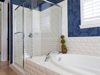 حمام با تم آبی و سفید
