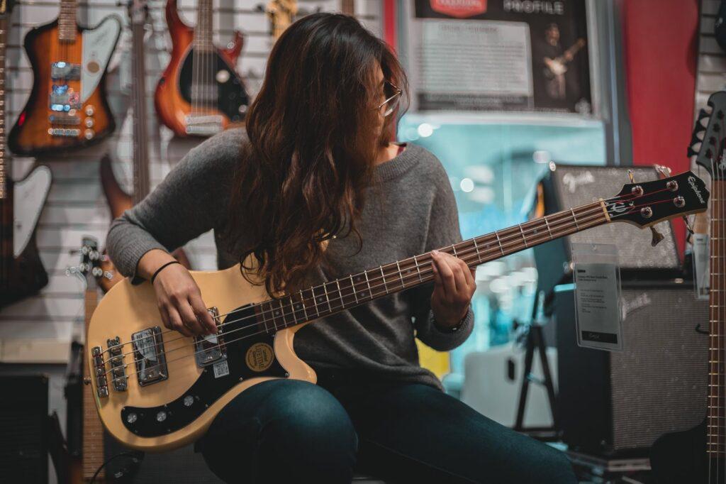 Mujer tocando bajo es una tendencia entre las musicistas
