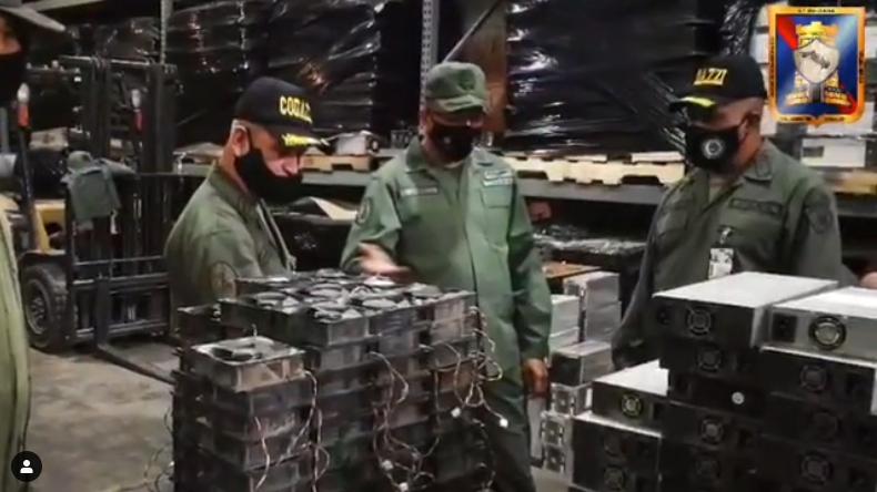 Кадры из видео в котором армия Венесуэлы майнит биткоин