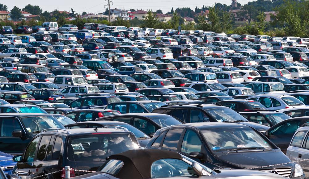 Espaço ocupado por estacionamentos poderia abrigar praças e áreas de lazer. (Fonte: Shutterstock)