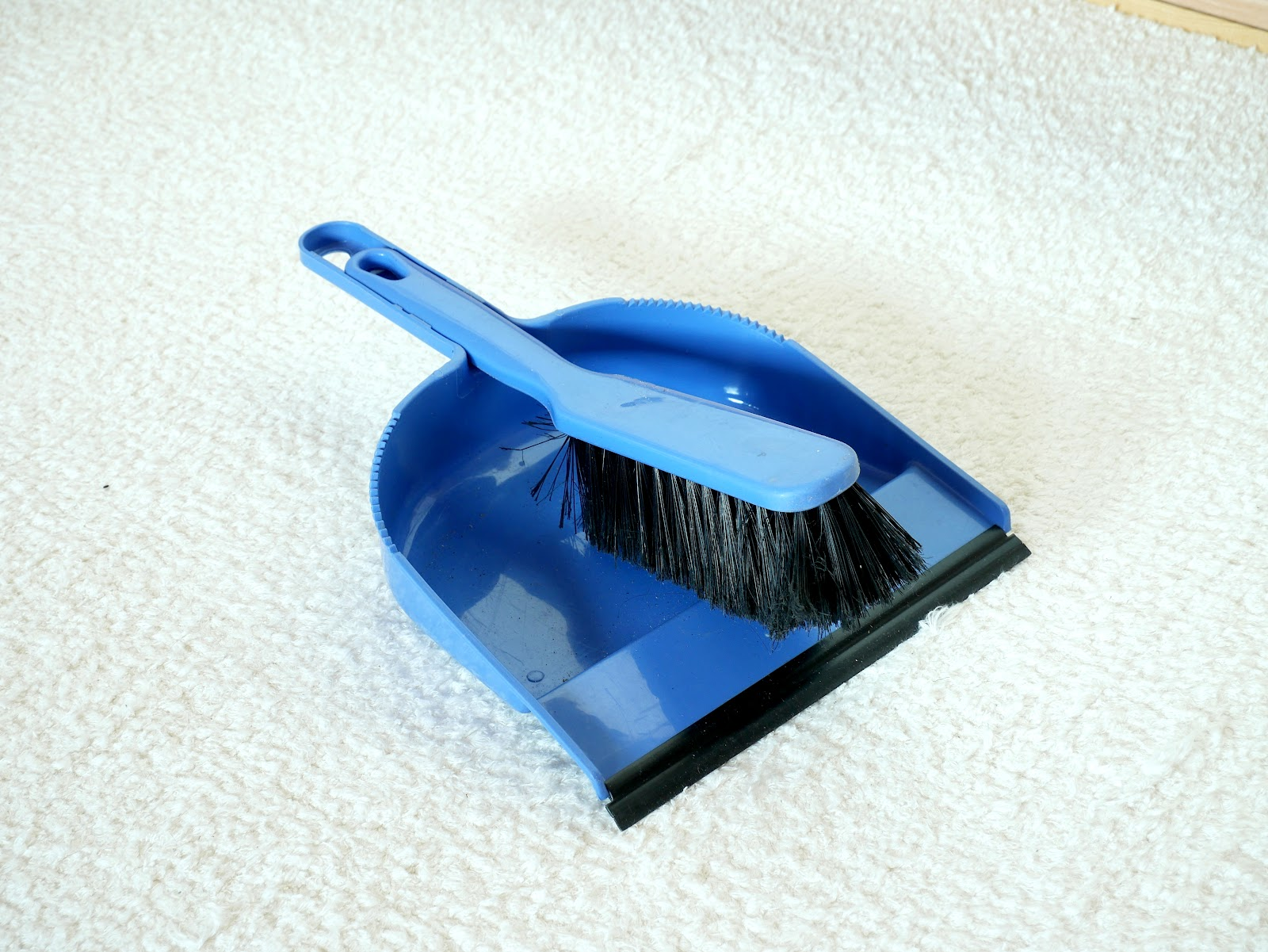 File:Blue broom and dustpan.jpg - Wikimedia Commons