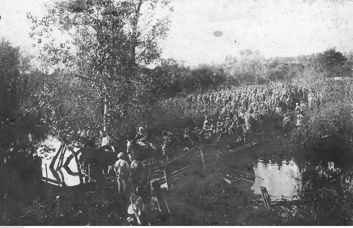 Rosyjski 12 Korpus Armijny przekracza granicę z Austro-Węgrami na rzece Zbrucz w Tarnorudzie1914-08-21.jpg