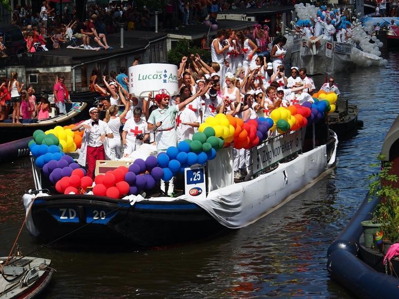 Un grupo de personas en un barco en el agua  Descripción generada automáticamente
