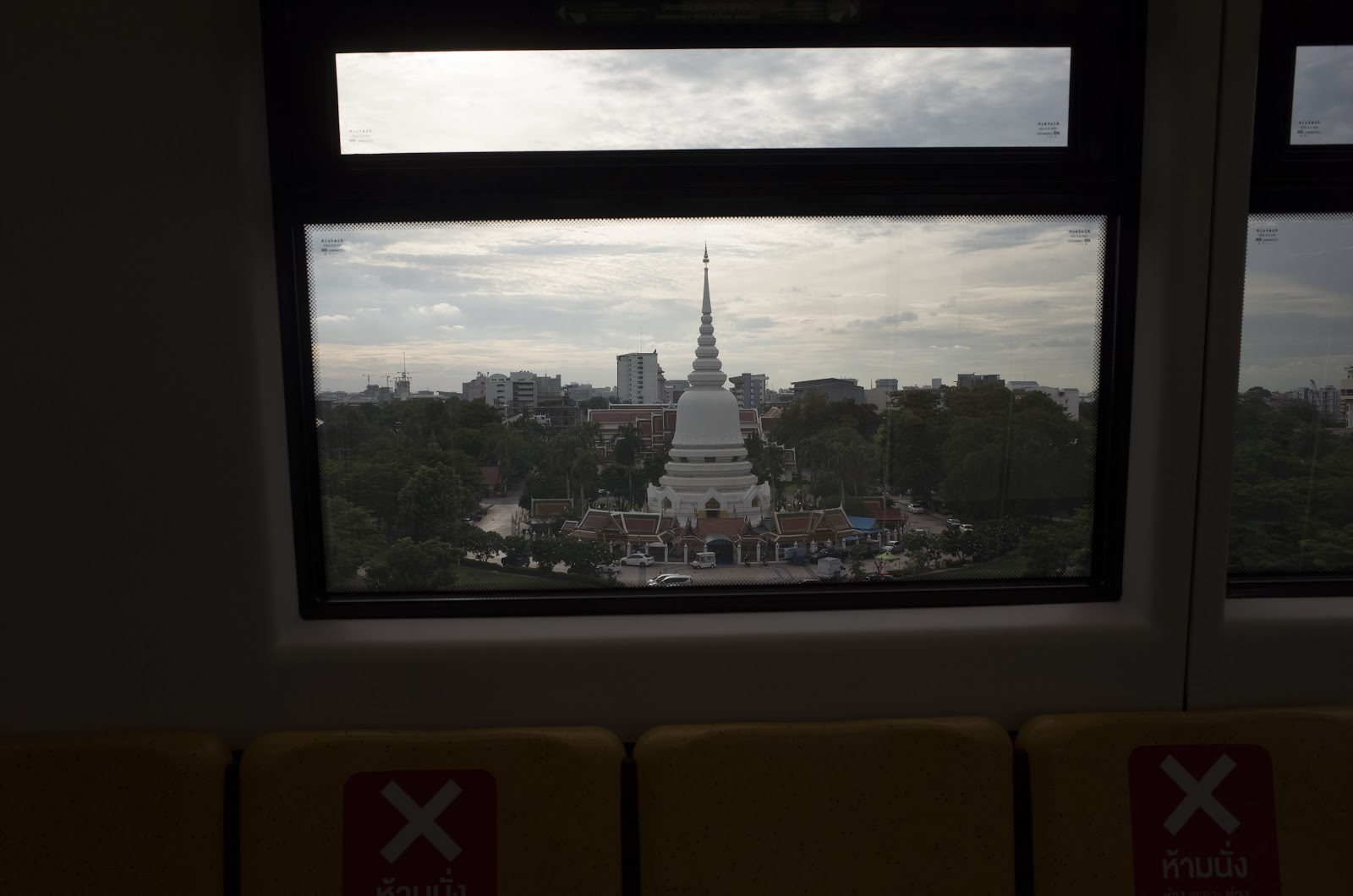 ภาพถ่ายจากหน้าต่างรถไฟฟ้าจากสถานีวัดพระศรีมหาธาตุ มุ่งหน้าสถานีกรมทหารราบ 11