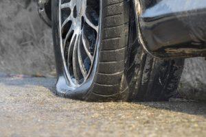 Finalmente, disminuye la velocidad usando freno de motor. Al bajar la marcha del vehículo, disminuirá la velocidad.