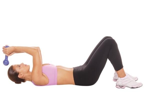 Tríceps com halteres (Fonte: Corpo a Corpo / Reprodução)