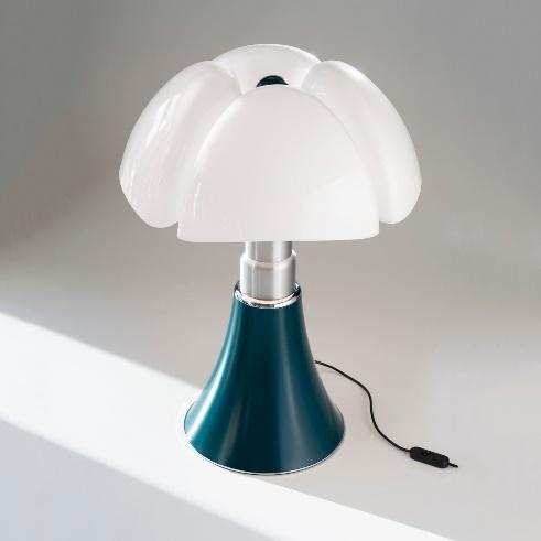 Une image contenant mur, intérieur, blanc, lampe  Description générée automatiquement