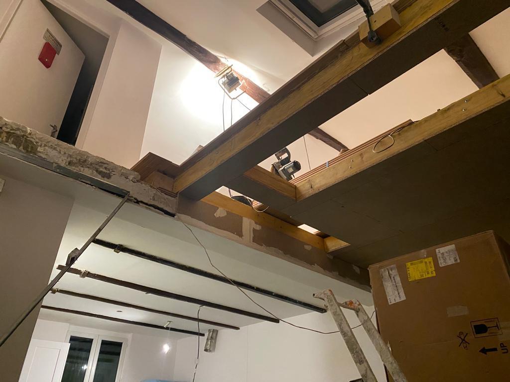 Une image contenant intérieur, mur, plafond, étape  Description générée automatiquement