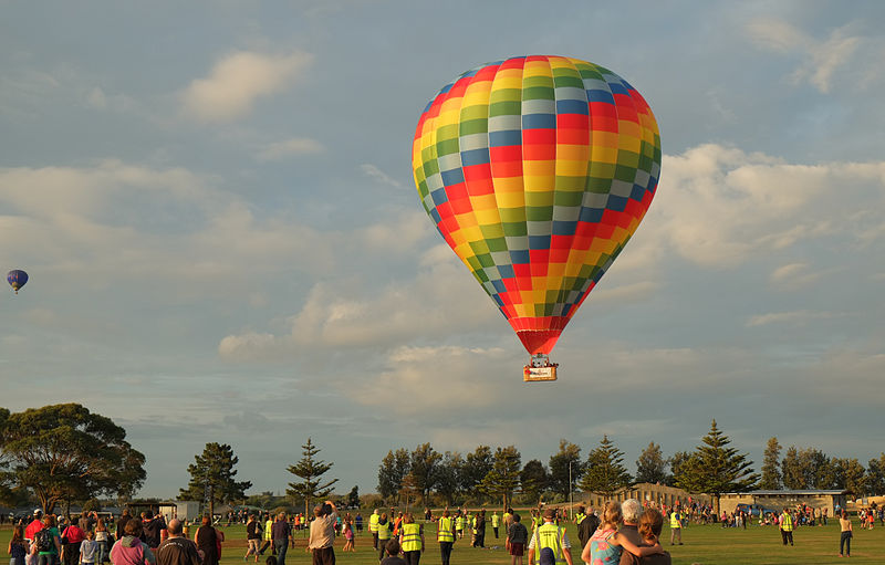 File:Colorful hot air balloon ZK-OAK landing at Lift Off Levin.jpg