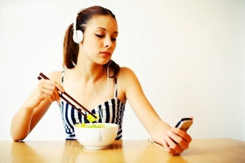 Loét dạ dày vì phải xa chồng, ăn cơm một mình: Cảnh báo của chuyên gia dinh dưỡng - Ảnh 1.