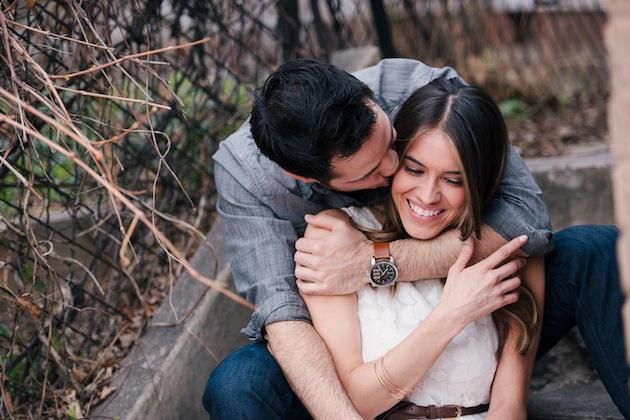 20-Non-Cheesy-Poses-for-Your-Engagement-Shoot-Bridal-Musings-Wedding-Blog-4