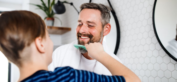 Niño peinando a su padre en el Día del Padre