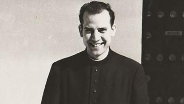 Un jovencísimo padre Miguélez, precursor del hockey sobre patines en Sevilla