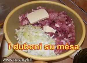 Svogūnus maišome su mėsa