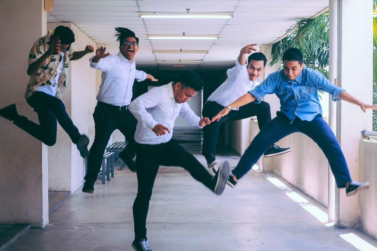 Funcionários pulando de alegria em um corredor