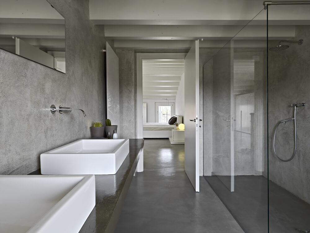 серая ванная комната с бетонным полом
