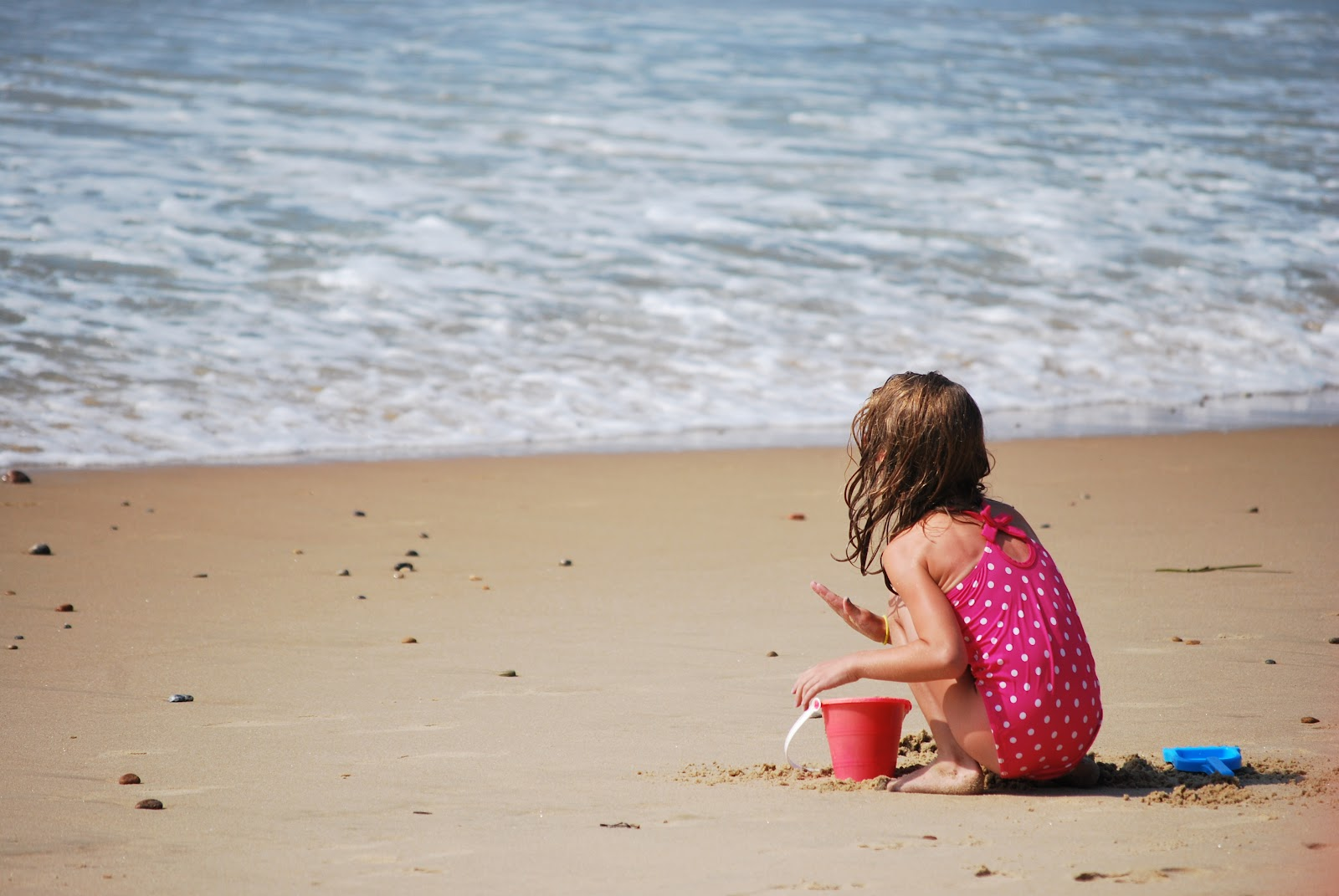Child_playing_in_the_sand_at_Misquamicut_Beach.JPG