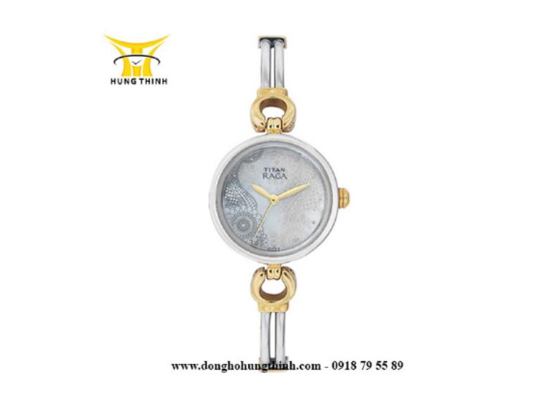 Chiếc đồng hồ hiệu TITAN với dáng dây độc đáo, sang trọng là điểm nhấn của toàn bộ thiết kế  (Xem chi tiết sản phẩm tại đây)