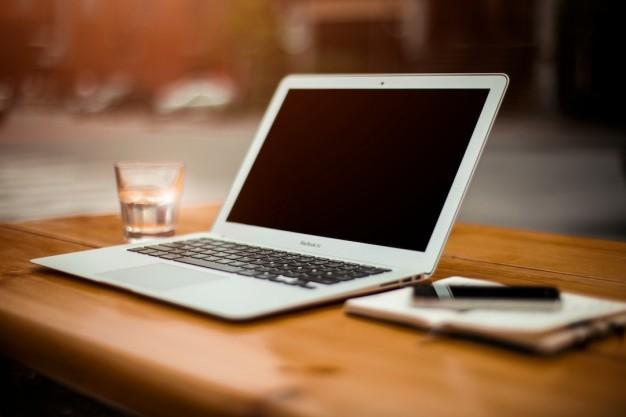 Ноутбук на рабочий стол | Бесплатно Фото