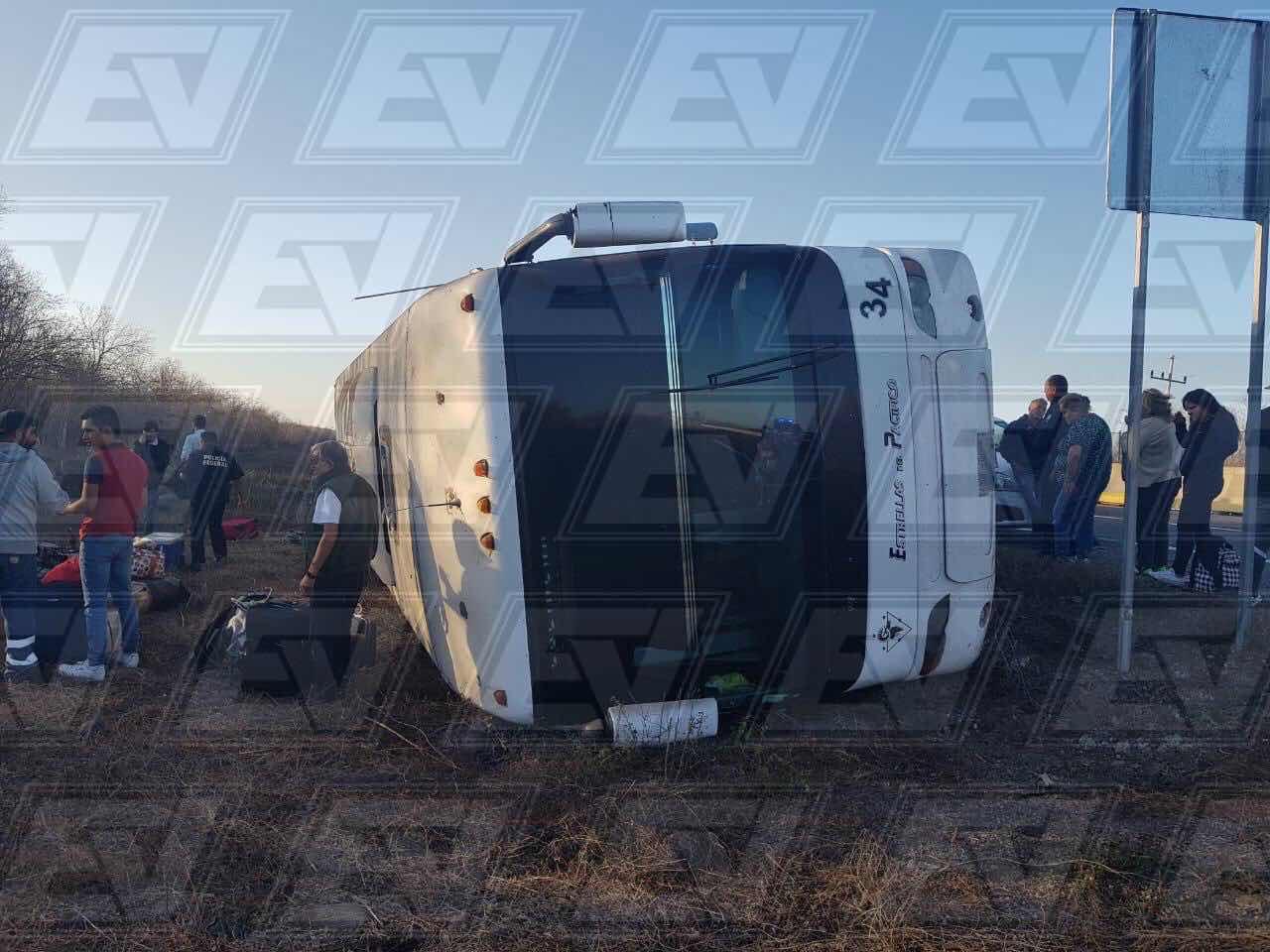 Image result for Cuatro lesionados deja volcadura de camión con turistas en la Mazatlán-Culiacán