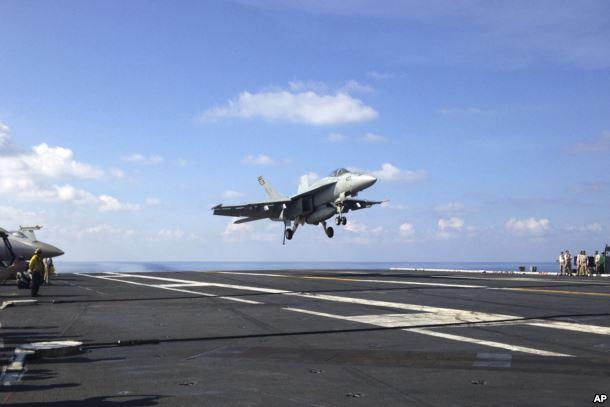 Chiến đấu cơ của hải quân Mỹ cất cánh từ tàu sân bay USS John C. Stennis.