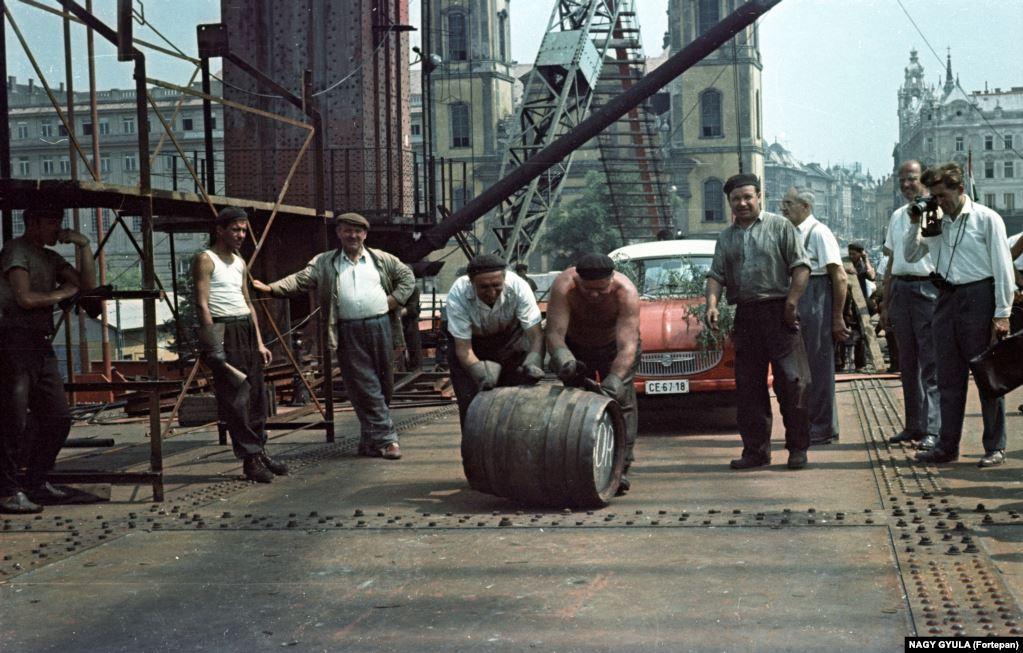 В этой бочке вино. Бочку катят по мосту Эржебет в Будапеште. Так отметили в 1964 году окончание монтажа металлоконструкций этого выдающегося произведения архитектуры