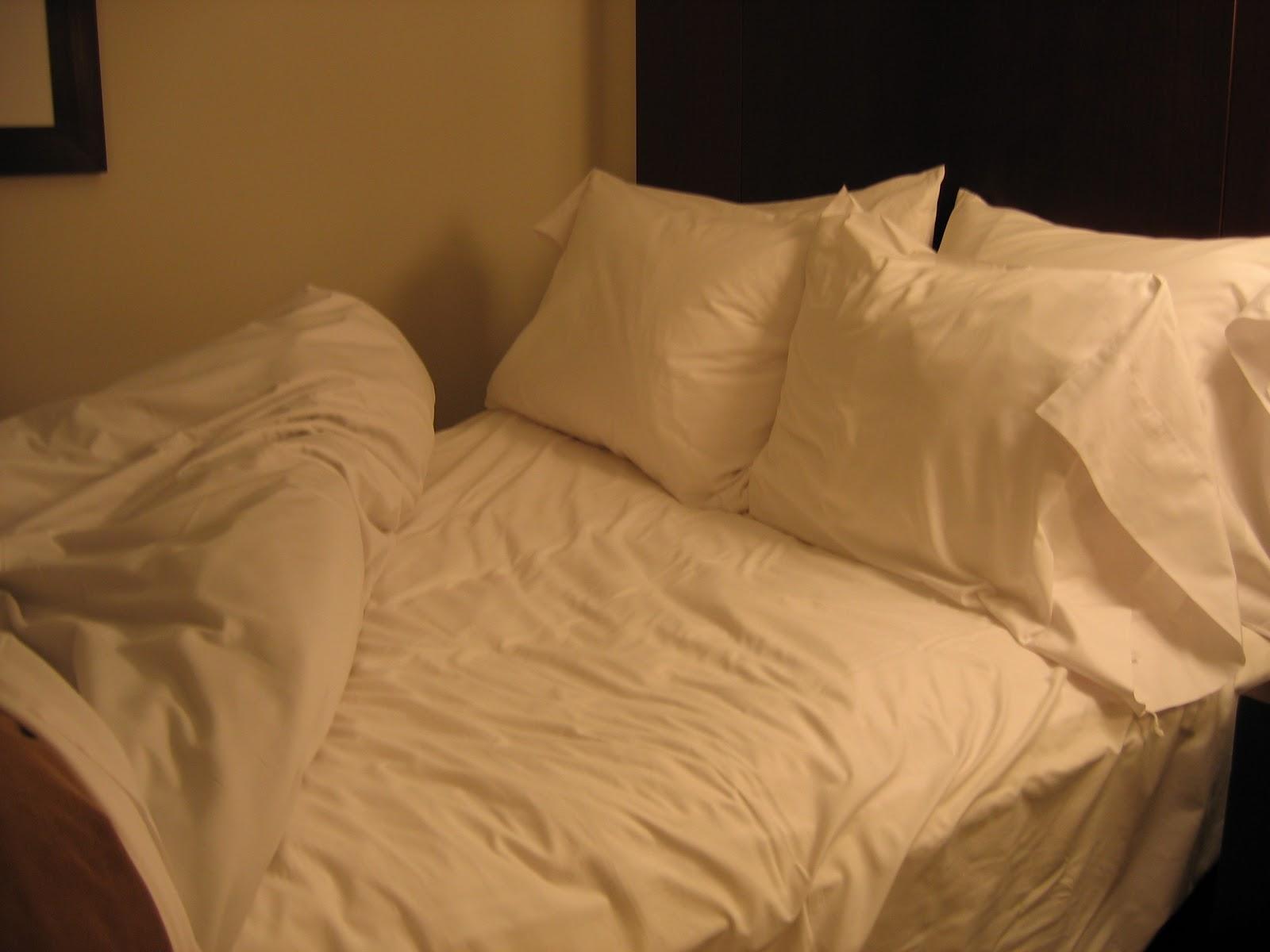Bed_in_Seattle_hotel.jpg
